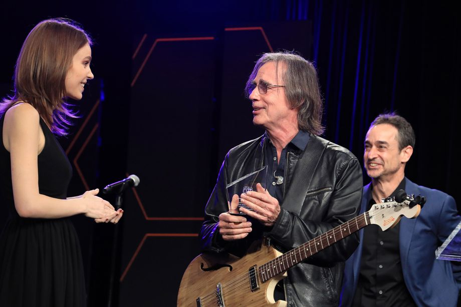Jackson Browne receives the prestigious Les Paul Award