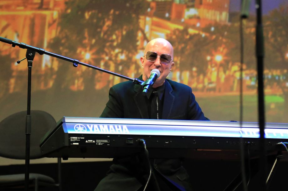 Paul Shaffer performs a comedic song in honor of Harry Shearer.