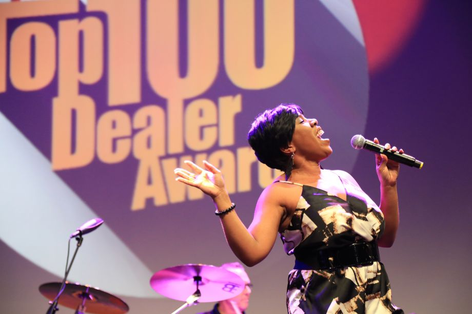 American Idol's, Melinda Doolittle wows the crowd with a show-stopping performance.