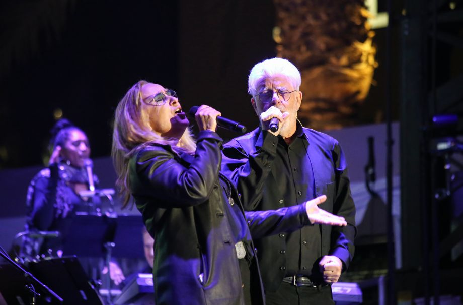 Melissa Etheridge and Michael McDonald sing on the NAMM Yamaha Grand Plaza Stage